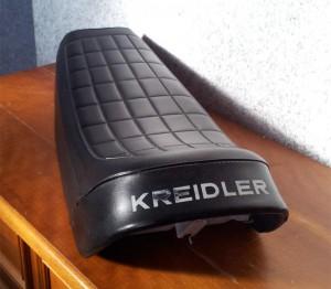Erhaltener original Kreidler-Schriftzug auf der Sitzbank